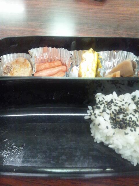 今日の昼は弁当だ〜o(*⌒O⌒)b